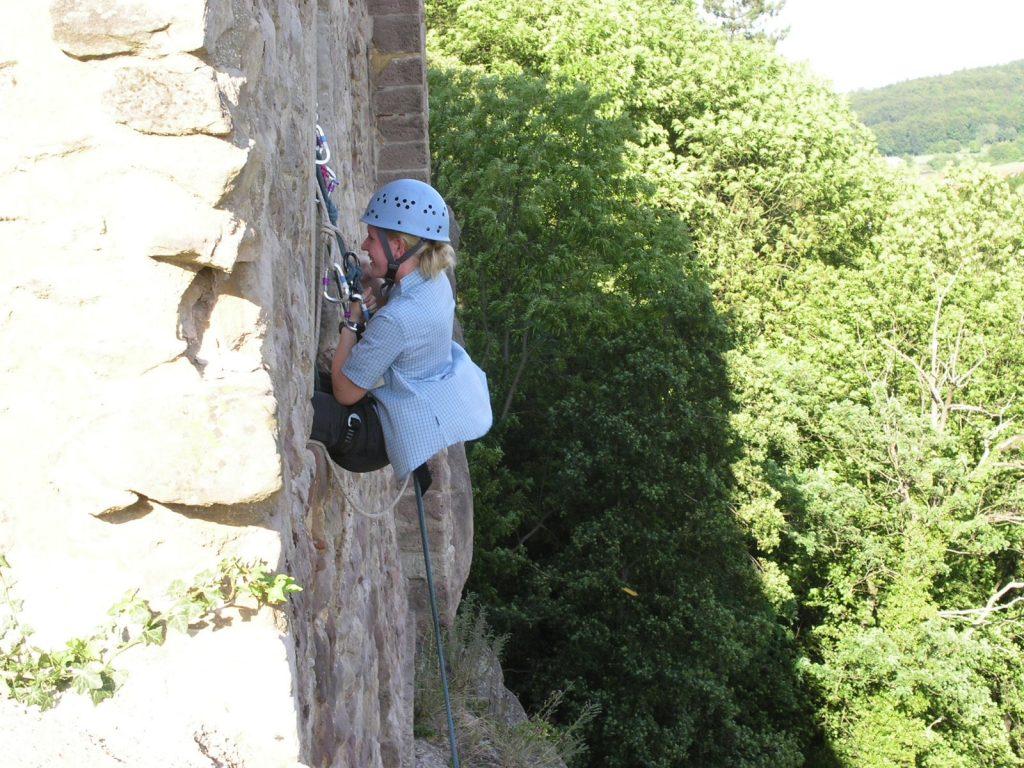 Frau klettert an Felswand auf dem Gräflichen Landsitz Hardenberg