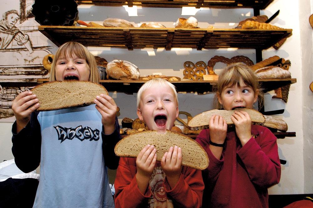 Kinder mit Brot im Brotmuseum Ebergötzen