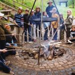 Kinder grillen Stockbrot auf Gut Herbigshagen