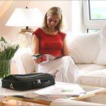 Frau auf Sofa im Zimmer im Hotel Astoria Göttingen
