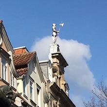 Ritter auf einem Dach in der Göttinger Innenstadt