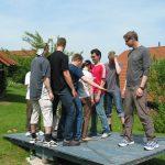 Jugendliche auf Wippe im Garten des Landhotels Am Rothenberg